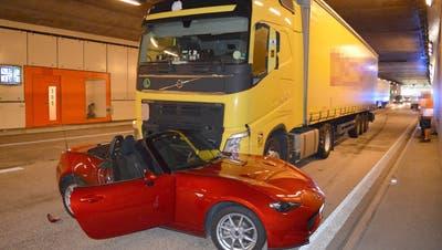 Der Lastwagen schob das Cabriolet im Kirchenwaldtunnel mehrere Meter vor sich her. (Bild: Kapo Nidwalden)