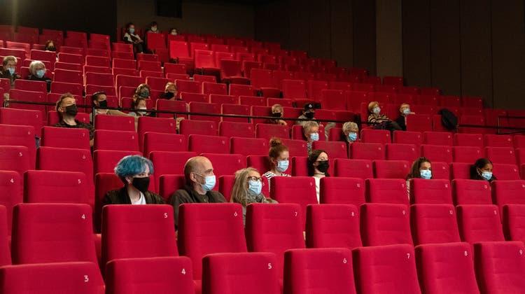 Mit Maske aber ohne Snacks: Von den Schutzmassnahmen lassen sich die Kinofans ihre Stimmung nicht vermiesen. (Bild: Adrian Reusser)