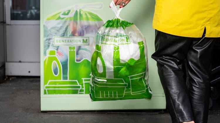 Neu können in der Migros Plastik-Recyclingsäcke gekauft und entsorgt werden. (Bild: Dominik Wunderli (Luzern, 03.05.2021))