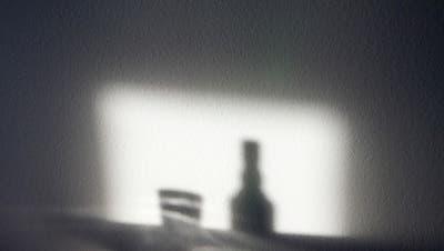 Während der Pandemie wird zu Hause mehr Alkohol konsumiert. (Bild: Benjamin Manser)