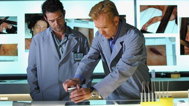 Helden im Labor: Horatio (David Caruso, rechts) und Tim (Rory Cochrane) in der Krimiserie CSI Miami. (CBS)