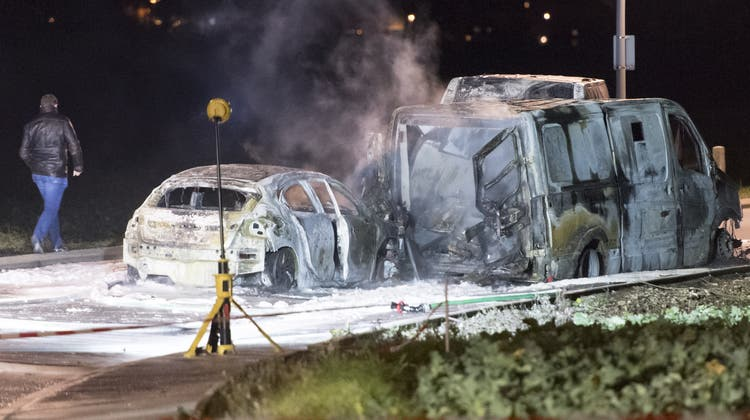 Die Täter setzten nach dem Überfall alle Fahrzeuge in Brand und flüchteten. (Keystone)