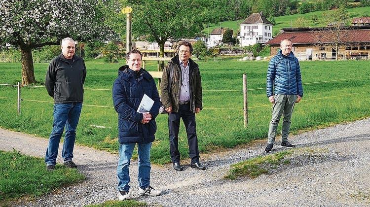 Verlangen für dieses Gebiet eine BNO-Anpassung: Christof Sidler (r.) und Urs Ziörjen (l.) vom lokalen Komitee, Matthias Betsche (2. v. l.), Pro Natura, und Arno Stöckli, Landschaftsschutzverband. (Bild: uhg)