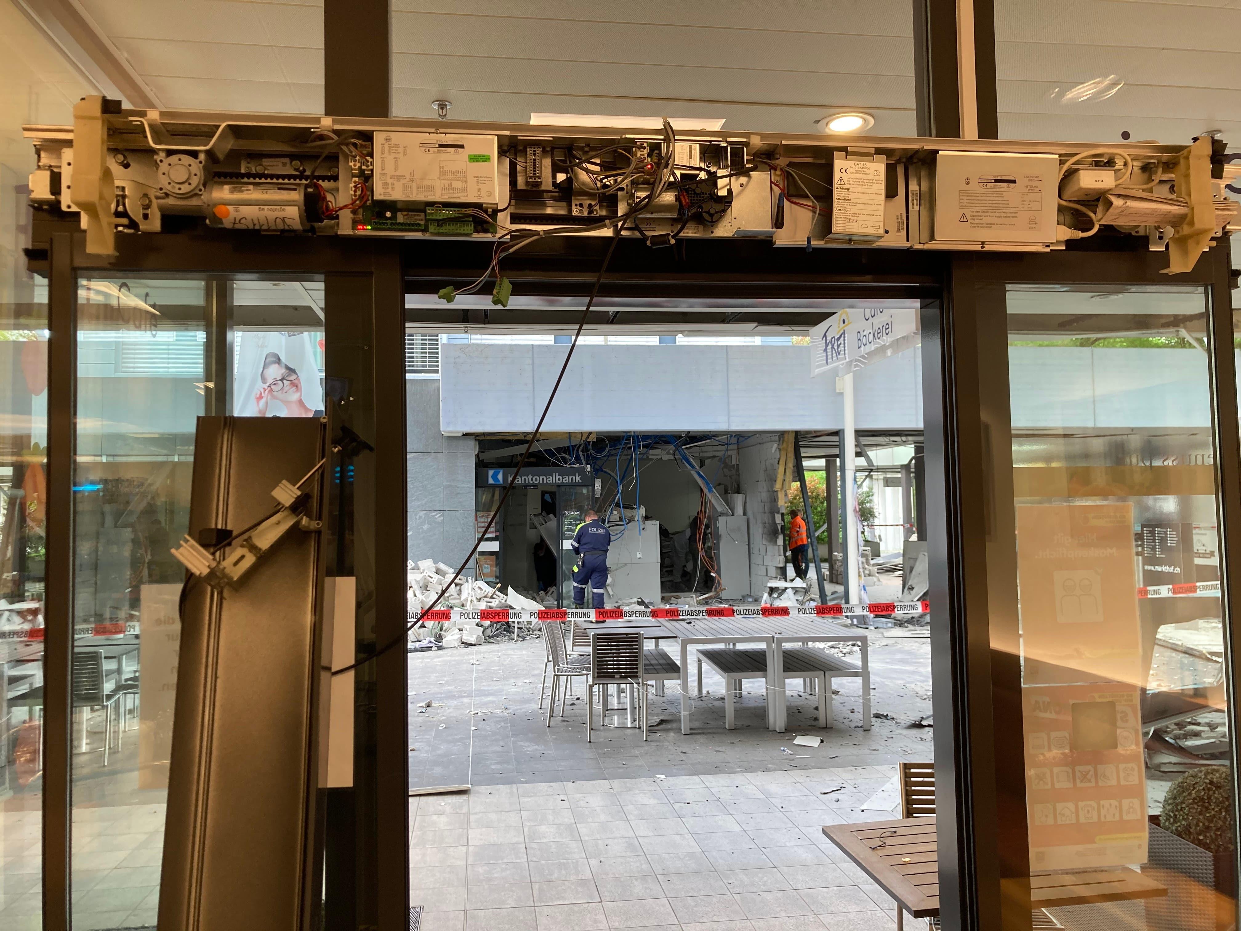 Dieses Bild zeigt die Eingangstüre der gegenüberliegenden Bäckerei Frei, die ebenfalls zerstört worden ist.