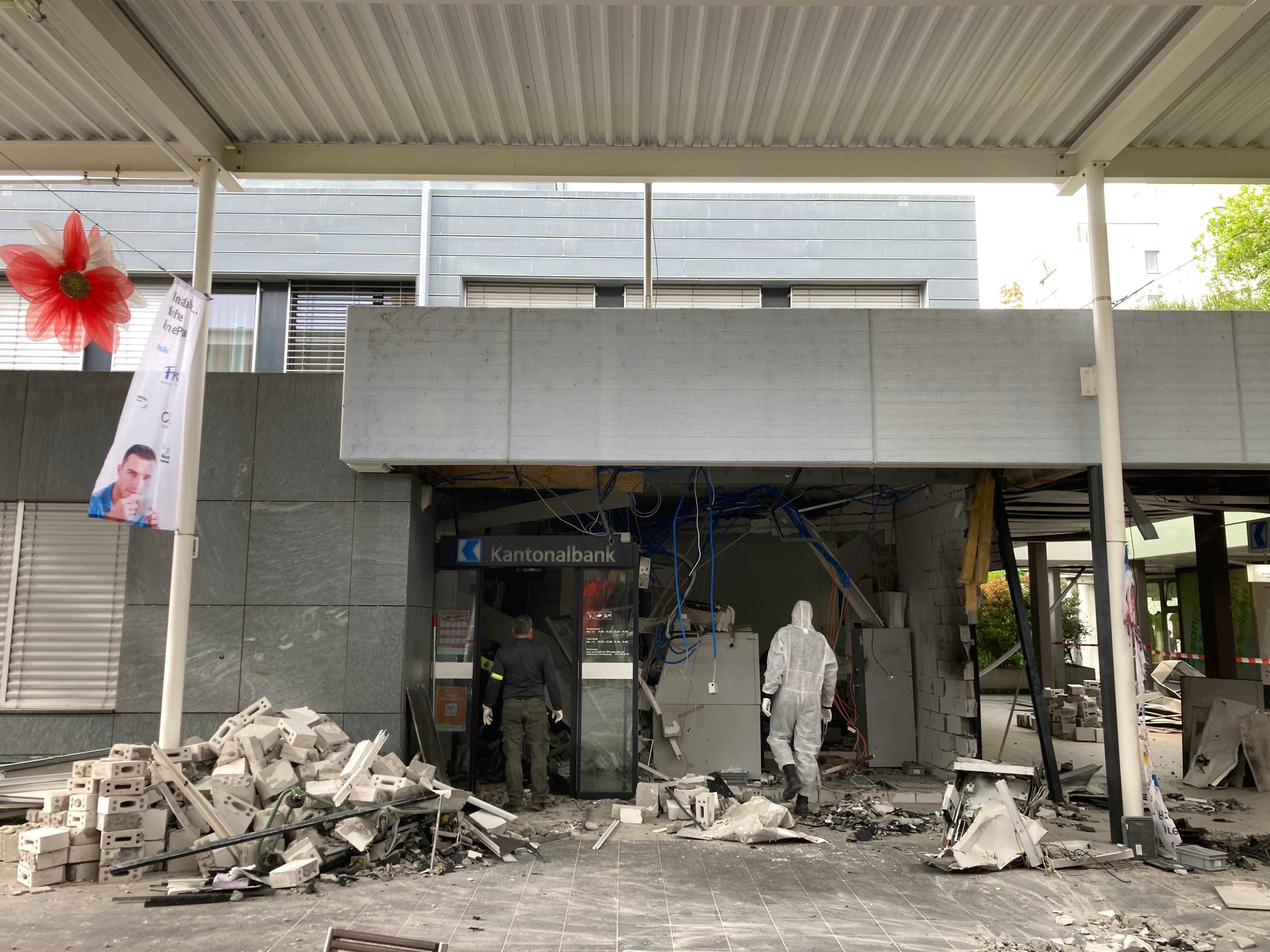 Die Filiale der AKB wurde zerstört. Die Täter konnten mit Bargeld flüchten.
