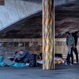 Bettelnde schlafen in Basel unter der Heuwaage-Unterführung. (Archiv: Kenneth Nars)