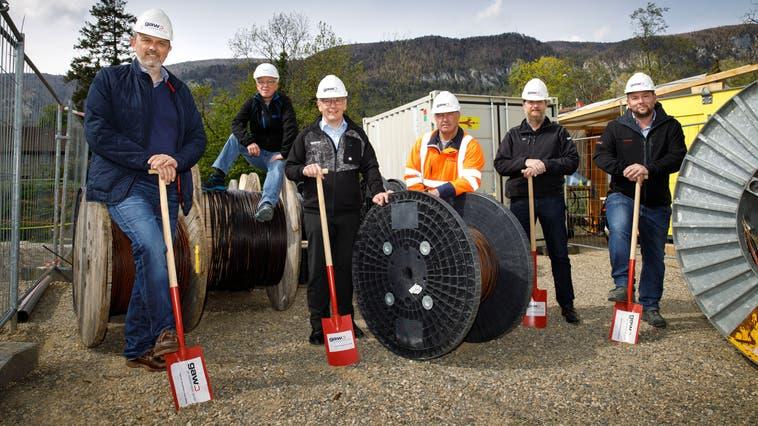Spatenstich zu den Arbeiten. In Oberdorf ist die GAW verantwortlich für den Anschluss an die Glasfaser-Technologie. (Hanspeter Bärtschi)