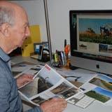 Franz Lötscher gestaltet den Bildband über die Umfahrung Sins von A bis Z selber. (zvg)