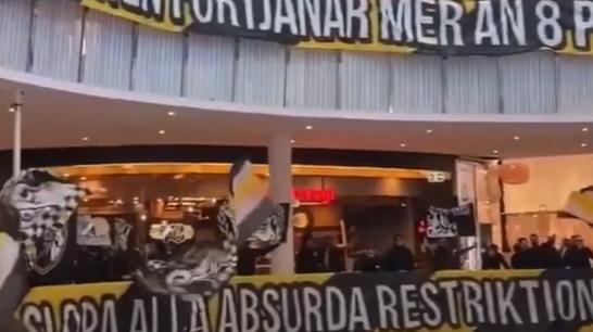 Einige Fans des schwedischen Fussballclubs AIK Solna haben mit Fahnen, Bannern und Gesängen in einem Shoppingcenter gegen die Corona-Auflagen protestiert. (Screenshot Youtube)