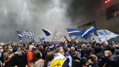 Fanaufmarsch am Samstagvor der Bossard-Arena. (Bilder: EVZ Fanclub Bündnerland)