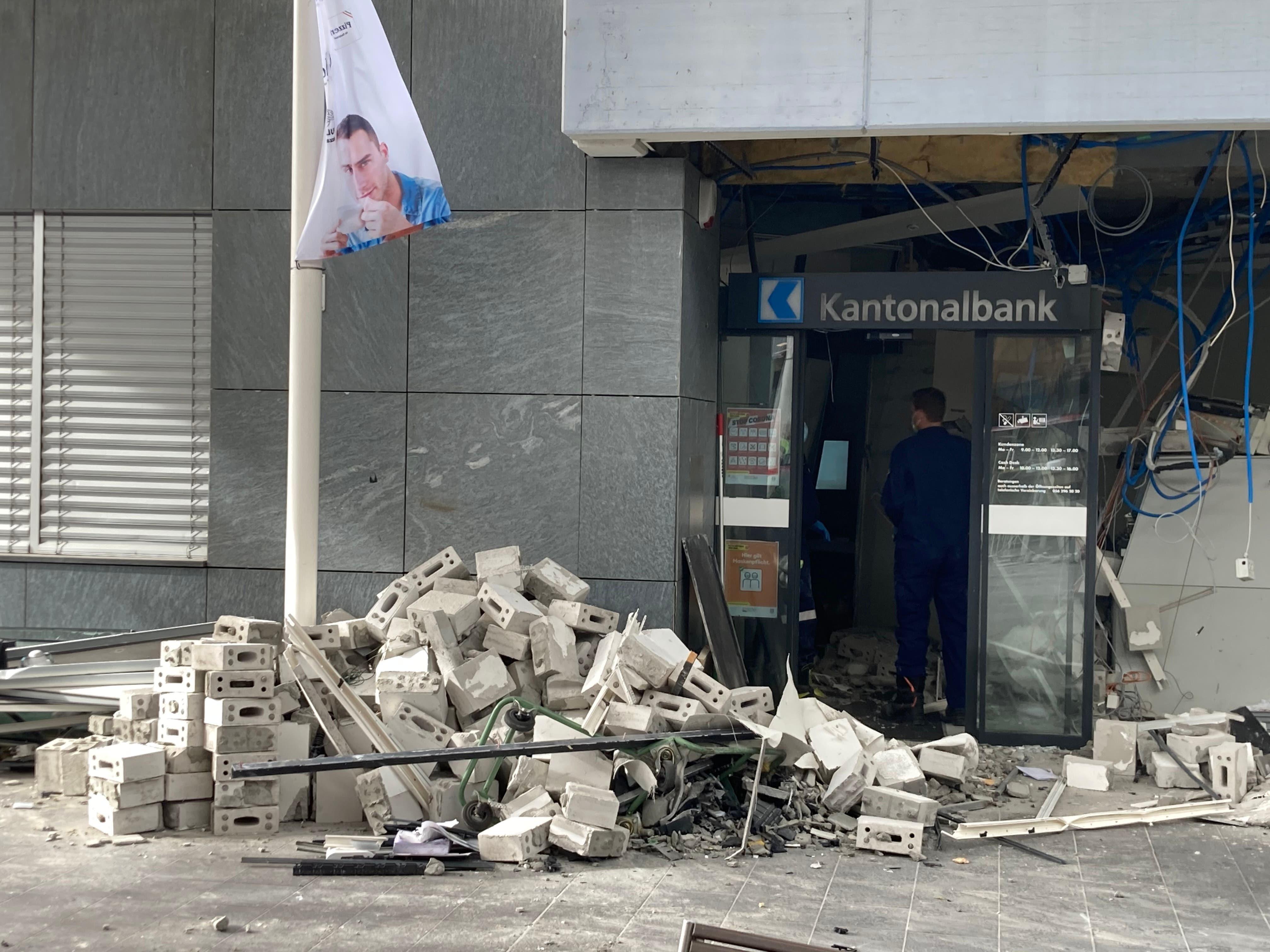 Der Morgen danach. Die Bilder zeigen das Ausmass der Sprenung. Die Mitarbeitenden der Aargauischen Kantonalbank können bis auf Weiteres nicht vor Ort arbeiten.