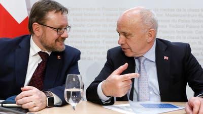 Zolldirektor Christian Bock (links) kann auf die Unterstützung seines Chefs Ueli Maurer zählen. (Keystone)