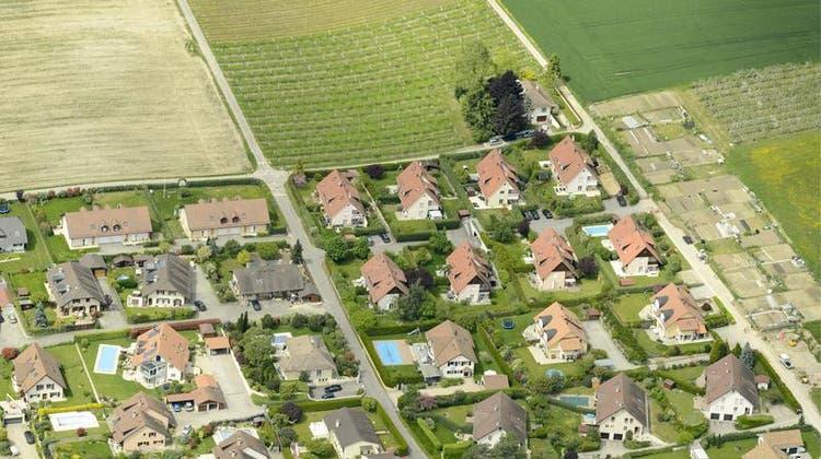 Für viele mittelständische Haushalte unerreichbar geworden: Das Einfamilienhaus im Grünen. (Keystone)