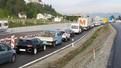 Am Dienstag morgen um 7.30 Uhr mussten die Verkehrsteilnehmer vor dem neuen Kreisel Horner lange anstehen. (Urs Helbling /Aargauer Zeitung)