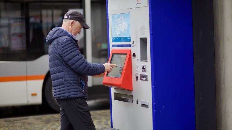 Billett-Automat bei der Bushaltestelle Telldenkmal in Altdorf. Kann man bald nicht mehr mit Bargeld bezahlen? (Bild: Florian Arnold (Altdorf, 5. Mai 201))