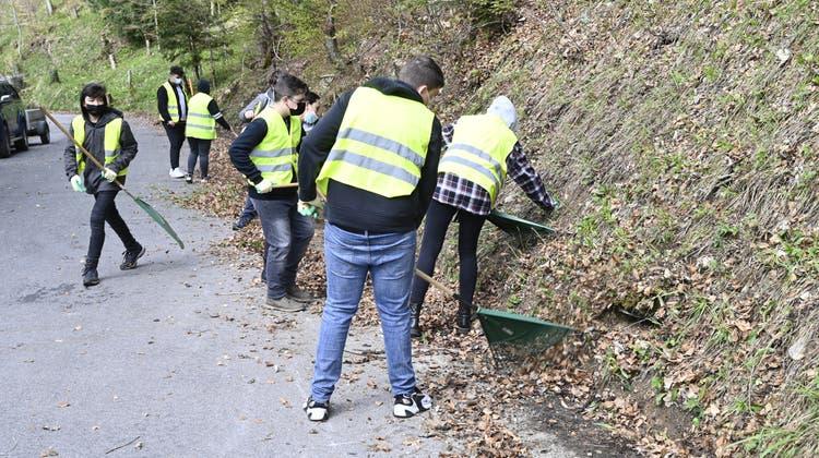 Schülerinnen und Schüler der Klasse 2b waren entlang der Bergstrasse im Einsatz. (Oliver Menge)