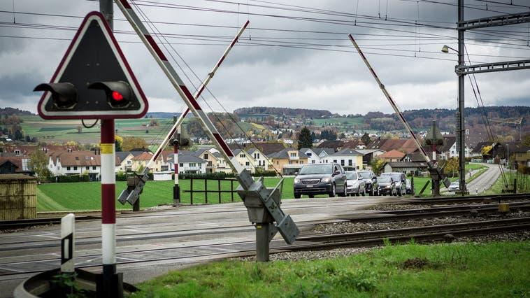 Beim Bahnübergangin Hendschiken gibts an der Schranke regelmässiglange Wartezeiten. (Chris Iseli / LZB)
