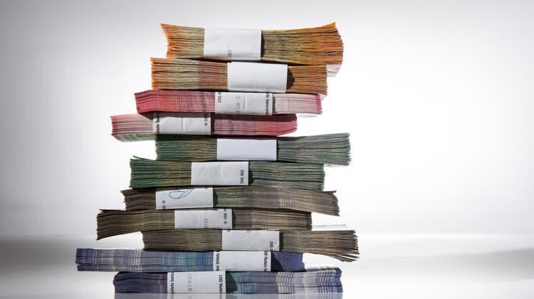 Ein Stapel Geldbündel mit Schweizer Franken. (Bild: Alessandro Crinari (Keystone))