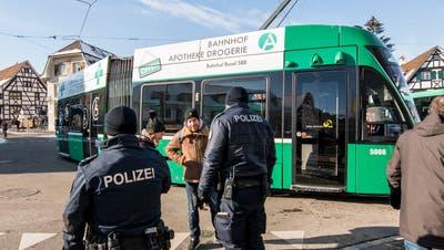 Polizisten sollen auch in den Trams unterwegs sein, fordern die BVB. (Symbolbild: Nicole Nars-Zimmer)