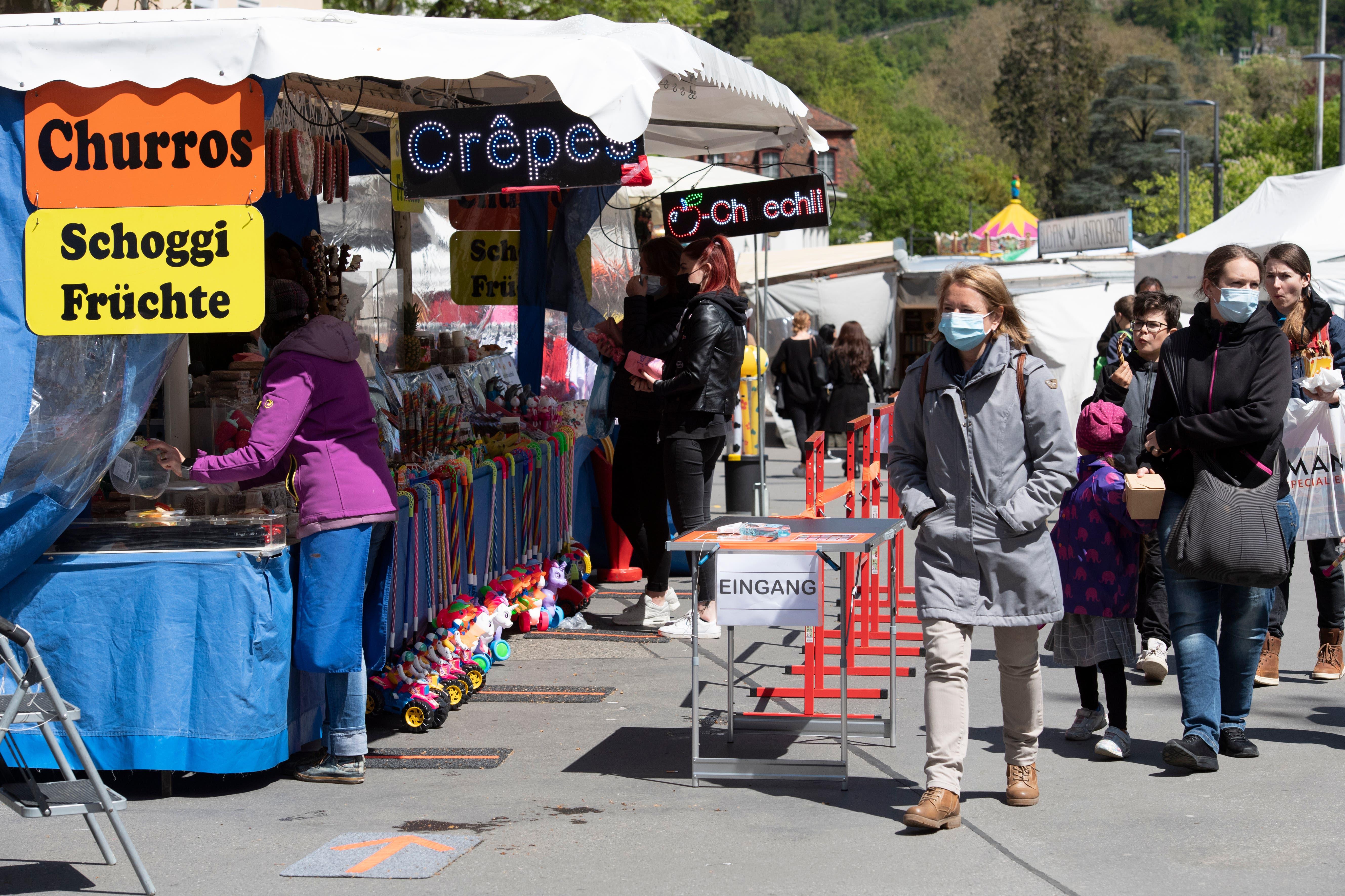 Am Jahrmarkt gelten strenge Schutzkonzepte: Ein Crêpestand markiert die «Einbahnstrasse» für Besucher mit einer Barriere.
