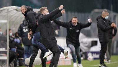 Jubelnde Luzerner nach dem Sieg im Ligaspiel in Vaduz (von links): Trainer Fabio Celestini, Assistenztrainer Claudio Lustenberger und Medienchef Markus Krienbühl. (Bild: Martin Meienberger/Freshfocus (Vaduz, 1. Mai 2021))