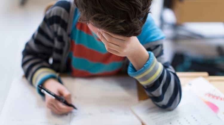 Während des Homeschoolings erhielten die Kinder Aufgaben, die sie nicht alleine erledigen konnten. (Keystone)