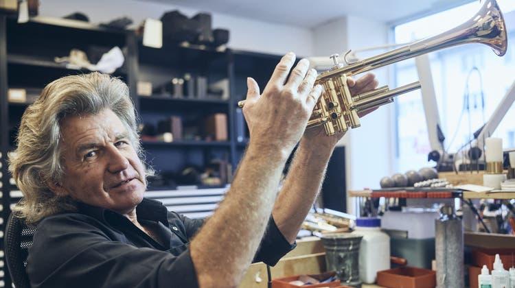 Wolfgang Gangl, legendärer Blechinstrumentenbauer und Reparateur bei Musik Hug, geht in Pension. (Roland Schmid/BLZ)