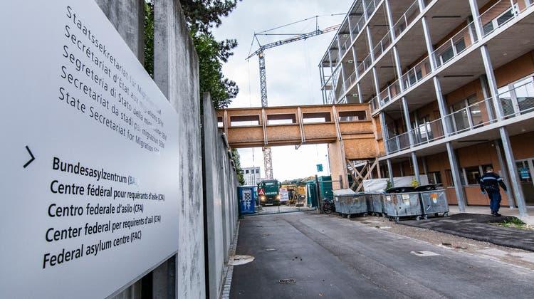 Das Bundesasylzentrum Bässlergut in Basel beherbergt Asylbewerbende, deren Asylgesuch noch in Bearbeitung ist. Es befindet sich an der deutschen Grenze, direkt neben dem Gefängnis. (Bild: Nicole Nars-Zimmer)