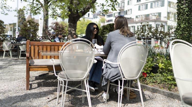 Nicht nur auf der Terrasse: Geht es nach dem Kanton Glarus, dann sollen die Restaurants ihre Gäste auch schon bald wieder im Innern bedienen können. (Keystone)