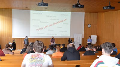 Unter dem Motto «Politik geht uns alle etwas an» führte der Verein Discuss it eine Podiumsdiskussion im BZB durch. (Alexandra Gächter)