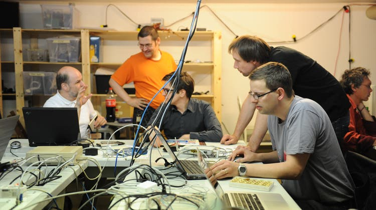 Aus Mitgliedern der Hackerspace ist die Reparierbar entstanden. Hier ist einLinuxtreff im Hackerspace Ruum42in St.Gallen. (Bild: PD)