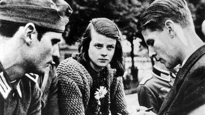 Sophie Scholl zwischen ihrem Bruder Hans (links) und Christoph Probst auf dem Münchner Ostbahnhof am 22. Juli 1942. (Bild: Keystone/AP)