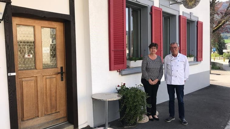 Myrta und Robert Koch-Bläsi vor ihrer «Sonne». Der Restaurantbetrieb in Laupersdorf läuft noch bis Ende Mai. (Fränzi Zwahlen-Saner)