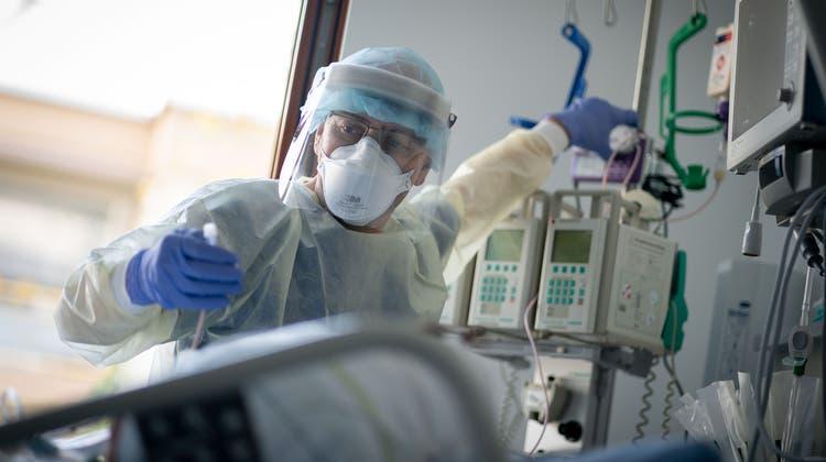 Der neu entdeckte Biomarker soll Ärzten und Pflegenden bei der Versorgung von Covid-Patientinnen helfen. (Symbolbild) (Keystone)