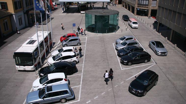 Autos willkommen, Velos nicht: Der obere Bahnhofplatz in Baden. (Samuel Buchmann)
