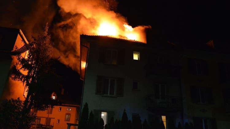 Das Dachgeschoss des Mehrfamilienhauses stand komplett in Flammen. (Kapo So)