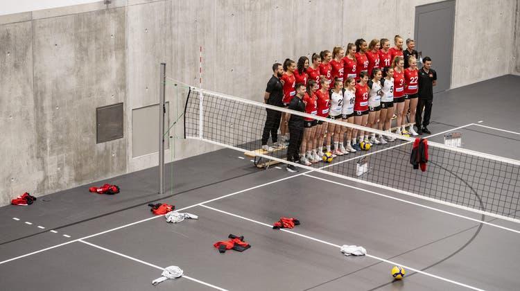 Die Schweizer Damen Volleyball Nationalmannschaft posiert im April 2021 für das Team-Foto anlässlich des Media Day in Schönenwerd (Symbolbild). (Urs Flüeler)