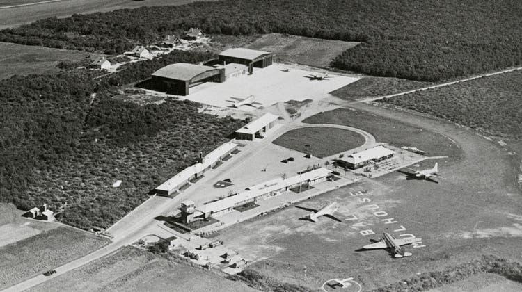 Der neue Flughafen kam im grenznahen Elsass, scheinbar weit weg von der Stadt, zu stehen. Die Gebäude bestanden aus Holzbaracken der französischen Armee. (Eth-Bibliothek Zürich)