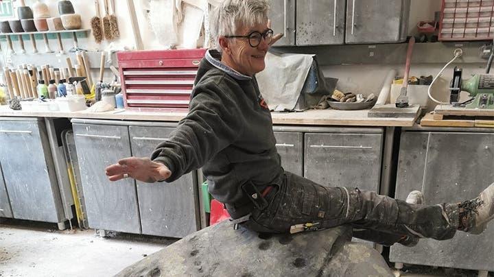 Bildhauerin Franziska Beck (in ihrem Atelier in Safnern) schuf mit dem Schalenstein ein wichtiges Requisit. (zvg)