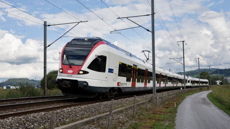 Stadtbahn Zug: Stadtbahn im Chamer Ried in Richtung Cham fahrend. (Bild: Stefan Kaiser, Zug 31. August 2020) (Stefan Kaiser (zuger Zeitung) / Zuger Zeitung)
