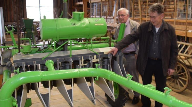 Präsident Ueli Ineichen (rechts) und Eduard Strebel vom Museumsverein begutachten eine historische Maschine, mit der man einst das Getreide mit Pilzsporen geimpft hat. (Toni Widmer)