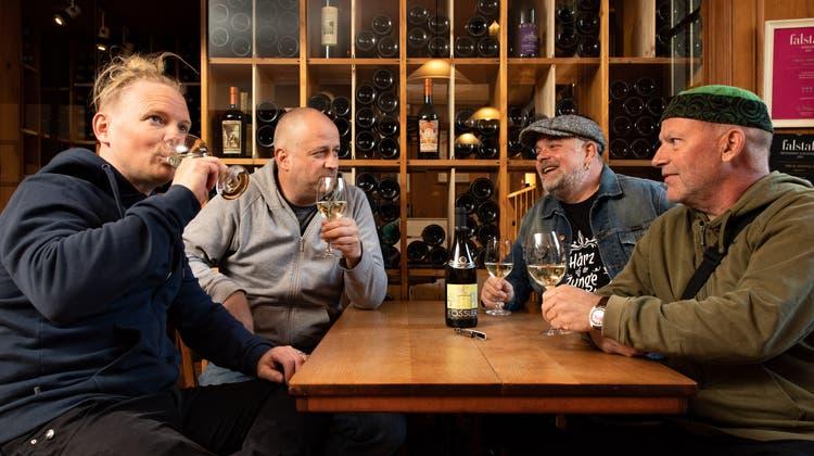 Die Band Supersiech degustiert im «Vini» den Sauvignon Blanc. Tobi Knuchel, Thomi Christ, Didi Meier und Dülü Dubach (von links). (Tom Ulrich)