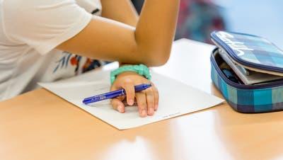 Betroffene Eltern fühlten sich überrumpelt und fürchteten um den Schulstandort Scherz (Symbolbild). (Bild: san)