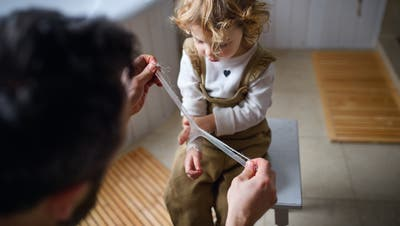 Junge Väter können Wunden verarzten und Tränen trocknen– und noch viel mehr. (Bild: Getty)