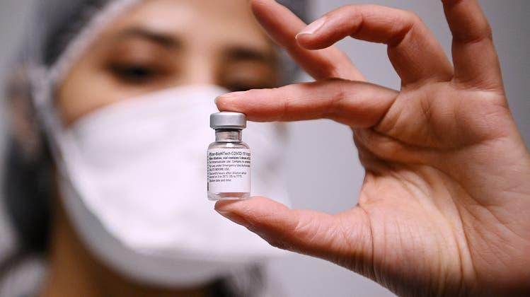 Brauchen zuerst grünes Licht, bevor sie in die Schweiz geliefert werden können: Impfdosen von Pfizer/Biontech. (Keystone)