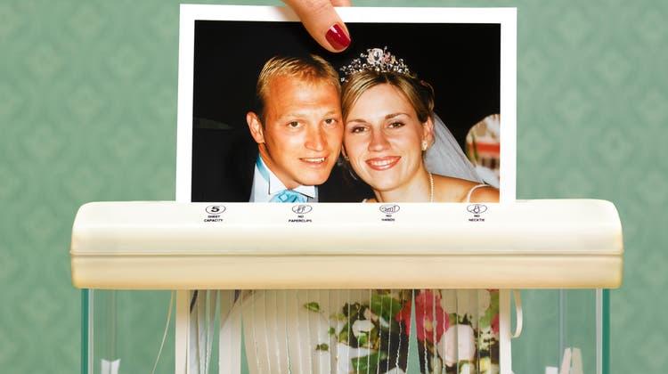 Eine Ehe wurde früher für längere Dauer ausgelegt als heute. Im Bild: Soldatenhochzeit um 1940. (Bild: Keystone)