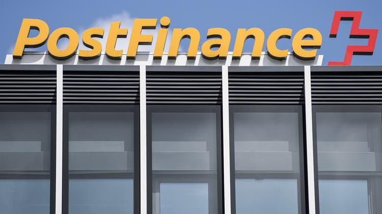 Postfinance baut ihr digitales Angebot aus. (Peter Schneider / KEYSTONE)