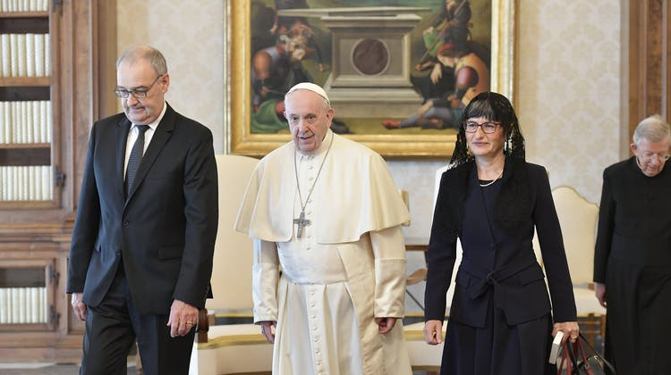 Bundespräsident Guy Parmelin und seine Frau haben den Papst am Donnerstag getroffen. (Twitter/WBF)