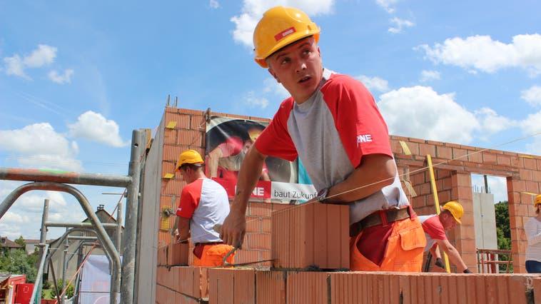 Der Bauboom hielt auchin den letzten Jahren an: im BildLernende der Erne AG aus Laufenburg 2014 auf einerLehrlingsbaustelle). (Nadja Rohner / Aargauer Zeitung)