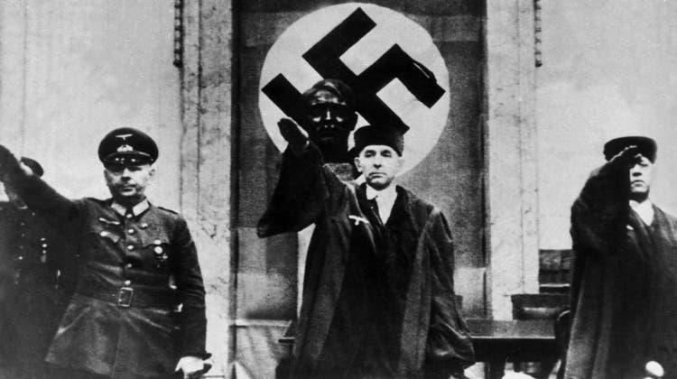 Roland Freisler (Mitte), der Präsident des Volksgerichtshofs, anlässlich des Prozesses gegen die Verschwörer des 20. Juli 1944. Links ist Beisitzer General Reinecke, rechts Justizrat Lemmle. (chronos/ullstein)